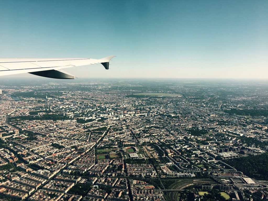 Die Skyline von Berlin aufgenommen aus dem Flugzeug