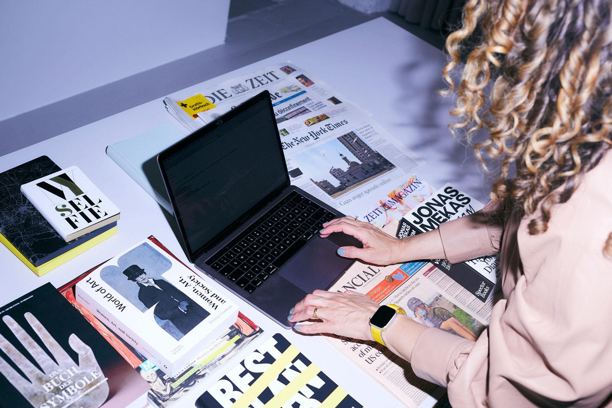Julia an ihrem Schreibtisch