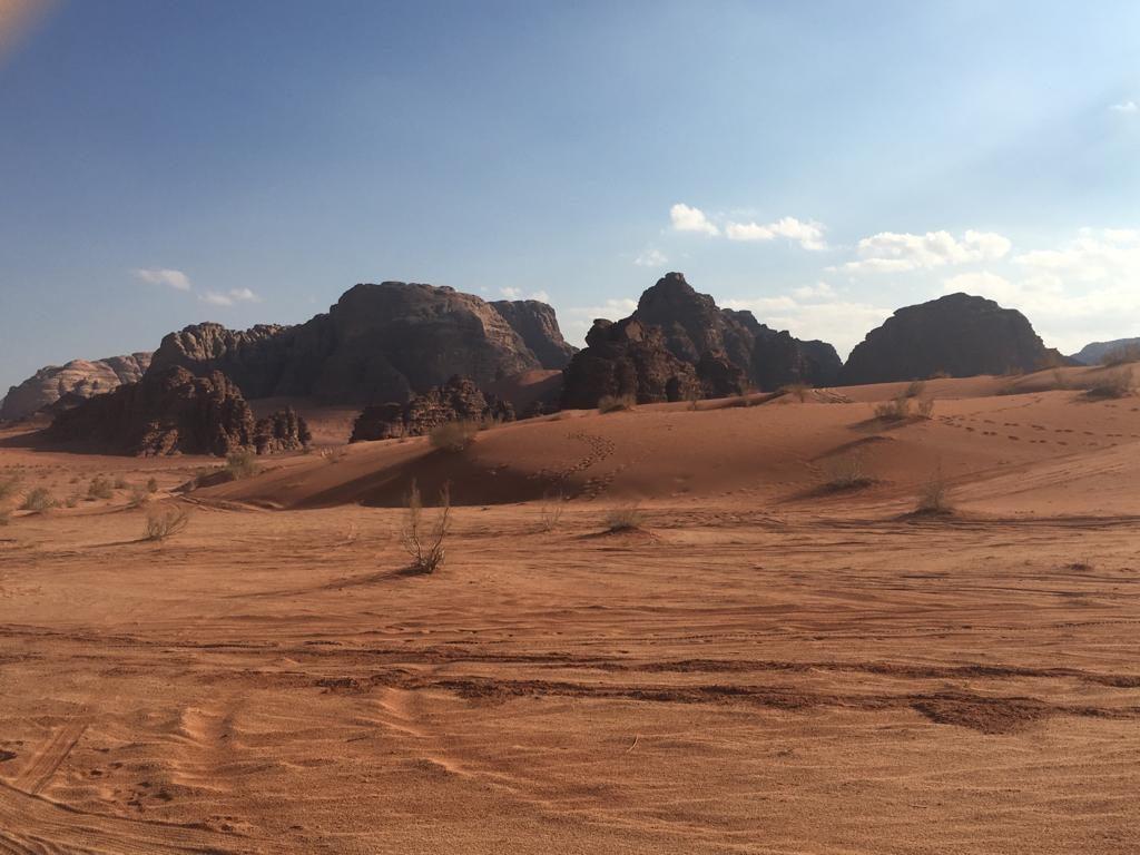 Bunter Sand und dramatische Felsformationen