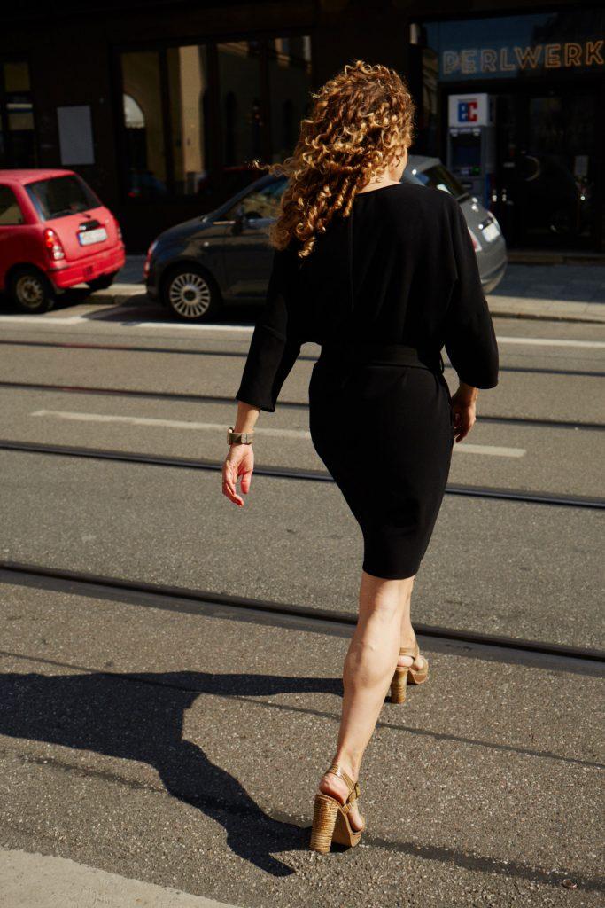 Julia läuft über eine Straße – Stadtkulisse ist ihre Lebenswelt