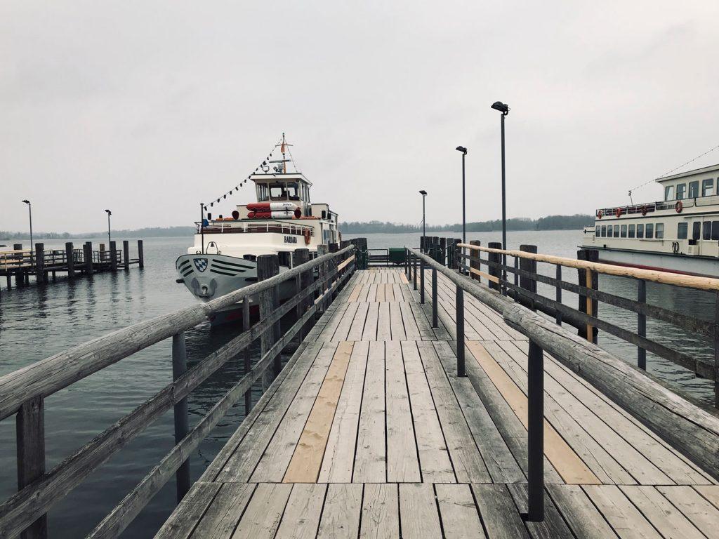 Der Schiffsanleger in Prien – von dort aus fahren Schiffe mit altmodischen Frauennamen alle 30 Minuten nach Herrenchiemsee