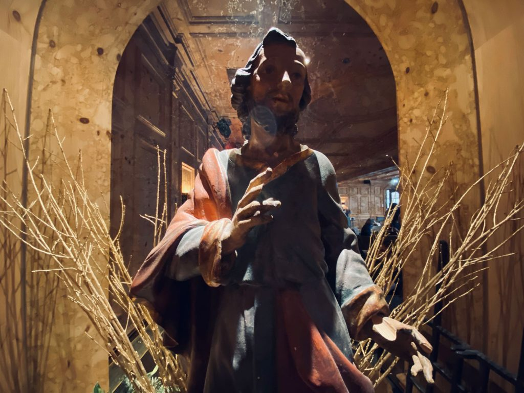 Holzfigur eines Heiligen, die alles in allem doch eher einen traditionellen Eindruck macht