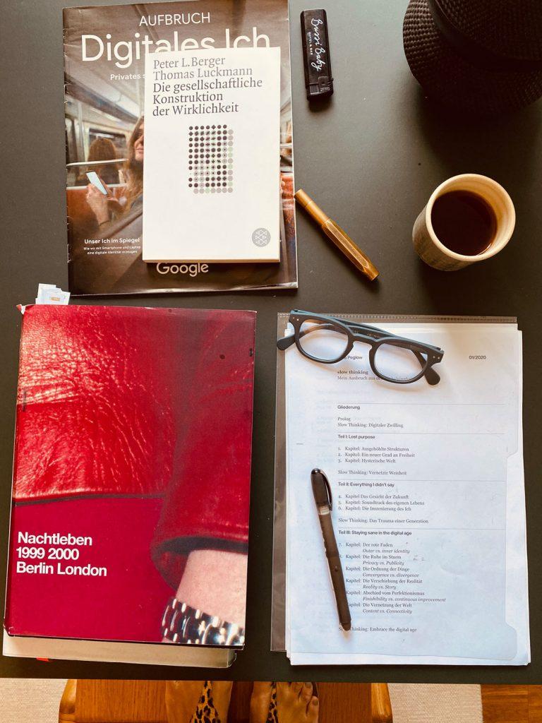 Home Office-Stilleben: Ein Rooibos Ingwer-Zitrone-Tee und Lektüre, die das eigene Weltbild ins Wanken bringt: »Die gesellschaftliche Konstruktion der Wirklichkeit«