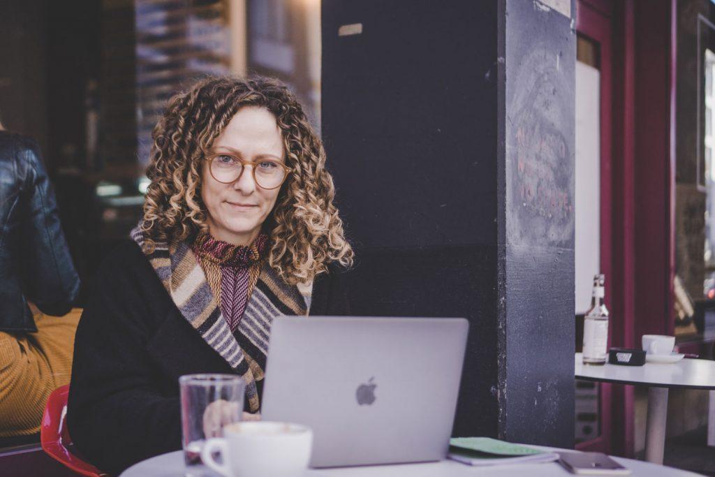 Julia an einem Bistrotisch – wo halt digitale Nomaden so rumsitzen