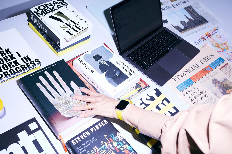 Julia Peglows Tisch ist voller Bücher – und Notizbücher